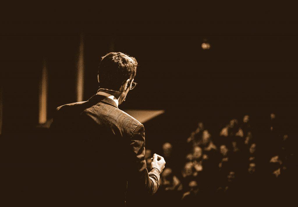 Hagenbuchner vor Publikum auf der Bühne
